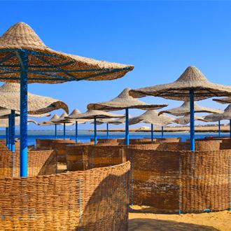 Parasols op het strand van Port Ghalib aan de Rode Zee in Egypte