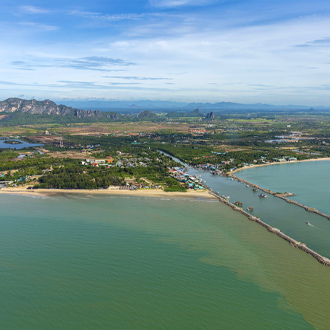 Uitzicht op de pier van Cha Am, Petchaburi in Midden Thailand