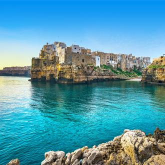 Polignano a Mare dorp aan zee met huizen en blauwe lucht