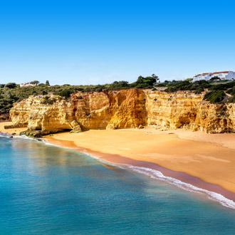 Uitzicht op kliffen, het strand en de zee in Porches, Portugal