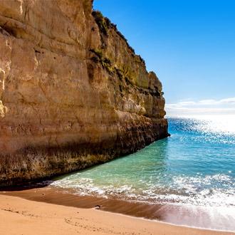 Het strand en de helderblauwe zee in Porches