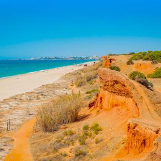 Portugees-strand-met-kliffen-Praia-da-oura-Albufeira-Portugal