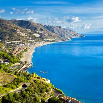 Prachtig uitzicht op de kustlijn in Taormina, Sicilië, Italië