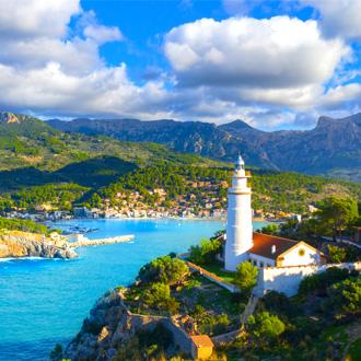 Prachtige foto van een kerkje met op de achtergrond Port de Soller in Mallorca