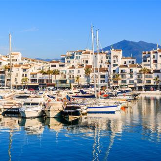Puerto Banus met boten en witte huizen in Marbella, Costa del Sol, Spanje