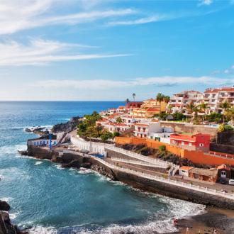 Uitzicht op Puerto Santiago met gekleurde huisjes en de zee, Tenerife