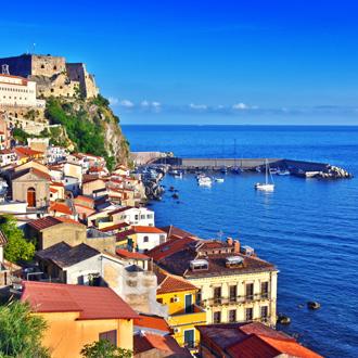 Gekleurde huizen en de zee in Reggio Calabria in Italie