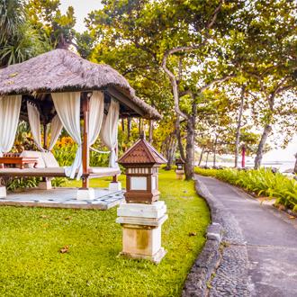 Relax hutje in de tuin van een resort aan het strand van Legian Beach