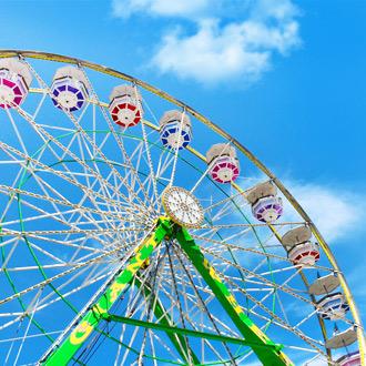 Een gekleurde reuzenrad bij Florida State Fairgrounds, Verenigde Staten