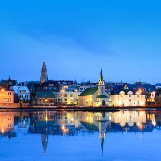 Reykjavik tegen het water aan in het schemerlicht
