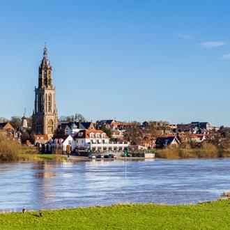 Rivier de Rijn loopt langs Rhenen in Gelderland