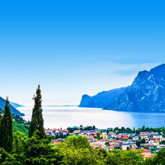 Riva del Garda stad met bergen en het Gardameer