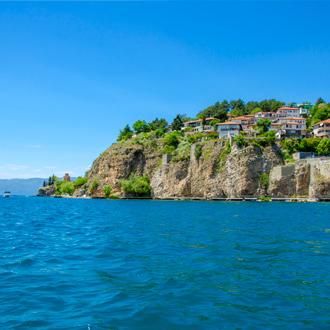 Uitzicht op huisjes en de zee in Ohrid, Macedonie
