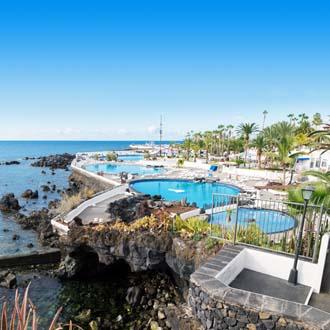 Rotsen aan zee en hotel met zwembaden Puerto de la Cruz Tenerife