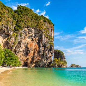 Rotsen-en-de-blauwe-zee-bij-Ao-Nang-Beach