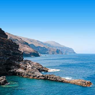 Blauwe zee met rotsen en bergen op La Palma