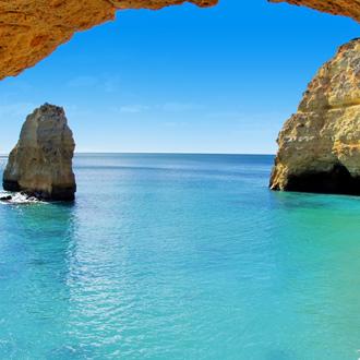 Rotsformatie Portimao met blauwe zee en blauwe lucht