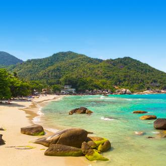 Silver Beach strand met bergen op Koh Samui
