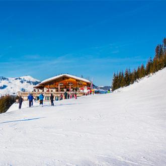 Besneeuwde sneeuwpiste in Saalbach