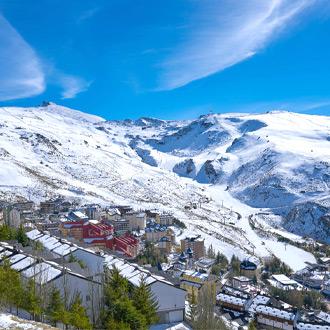 Skiresort bij de bergen in Sierra Nevada in de regio Granada