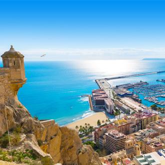Uitzicht vanaf kasteel Santa Bárbara op de haven van Alicante