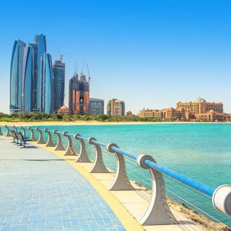 Skyline van Abu Dhabi met hoge kantoorgebouwen