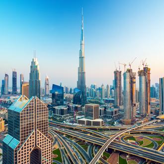 Skyline met infrastructuur en wolkenkrabbers in Dubai