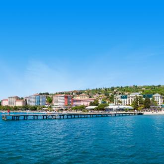 Het Portoroz strand met gebouwen en water, Slovenie