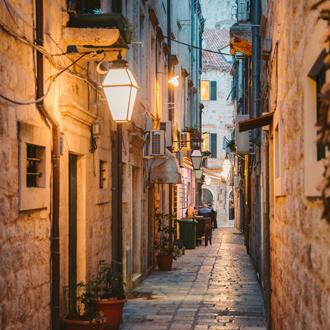 Smalle straat bij avondlicht in Dubrovnik