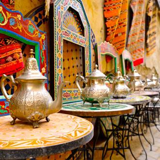 Traditionele kannen op een souk in Fez