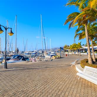 Boulevard Jachthaven met boten en een blauwe lucht in Puerto Calero