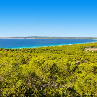 De kustlijn van Formentera
