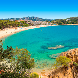 Turqoise zeewater aan de kust van Lloret de Mar, Spanje
