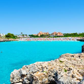 Het strand van Cala en Bosch op Menorca