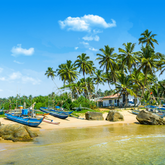Het zandstrand van Hikkaduwa in Sri Lanka