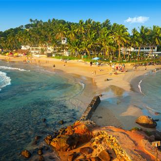 Uitzicht op het tropisch strand Mirissa in Sri Lanka