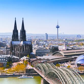 Stad met kathedraal en brug in Keulen