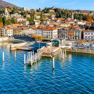 Stadje Luino aan het Lago Maggiore meer