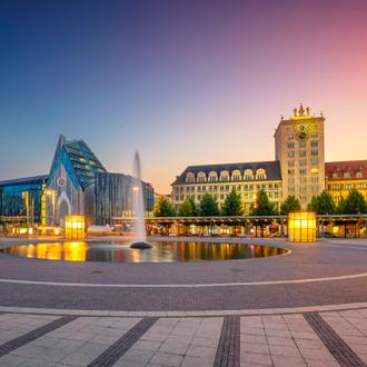 Stadszicht van Leipzig met zonsondergang