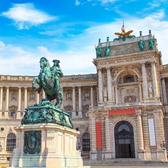 Een standbeeld en een gebouw in de stad Wenen, Oostenrijk
