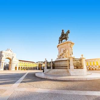 Standbeeld van koning Joseph met triomfantelijke boog in Lissabon