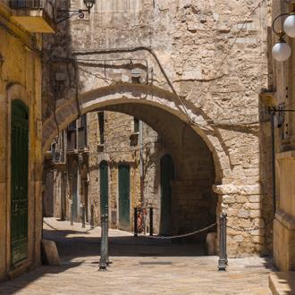 Oud steegje met huisjes in stadje Bari Puglia Italië