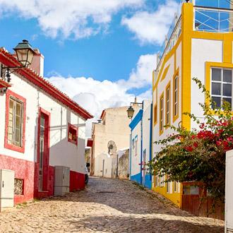 Een pittoreske straat met gekleurde huizen in Alvor, Portugal