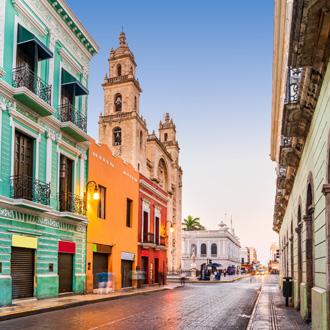 Straat met gekleurde huizen in Mexico
