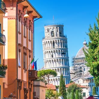 Straat met uitzicht op de toren van Pisa, Italië