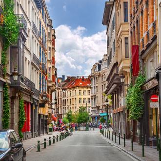 Een idyllische straat met gebouwen in Brussel, Belgie