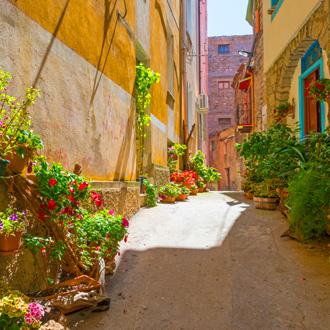 Foto van een mooi straatje met bloemen en planten in het centrum van Cala Gonone Sardinie
