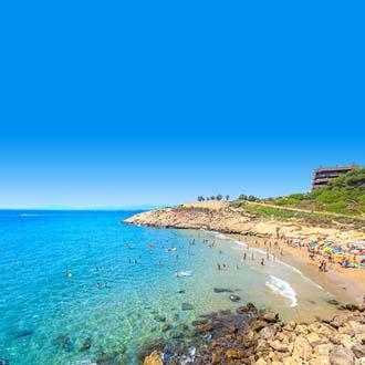 Helderblauwe zee aan de kust van de Costa Dorada