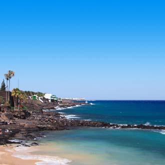 Strand met kust en zee Costa Teguise, Lanzarote