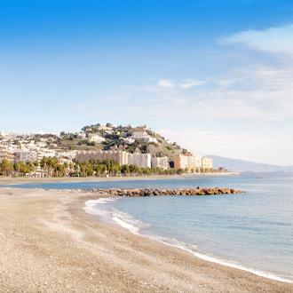 Strand bij de Costa Tropical in de regio Granada